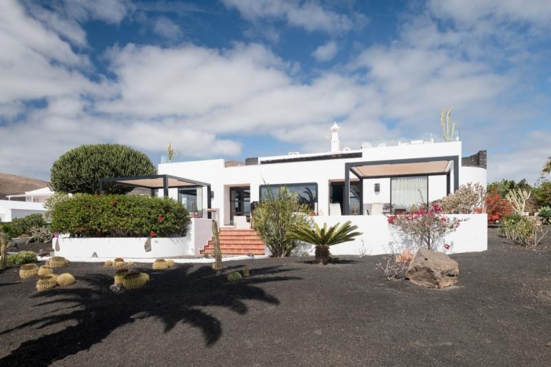 El Hotel 5 suites Lanzarote está ubicado en un enclave privilegiado.