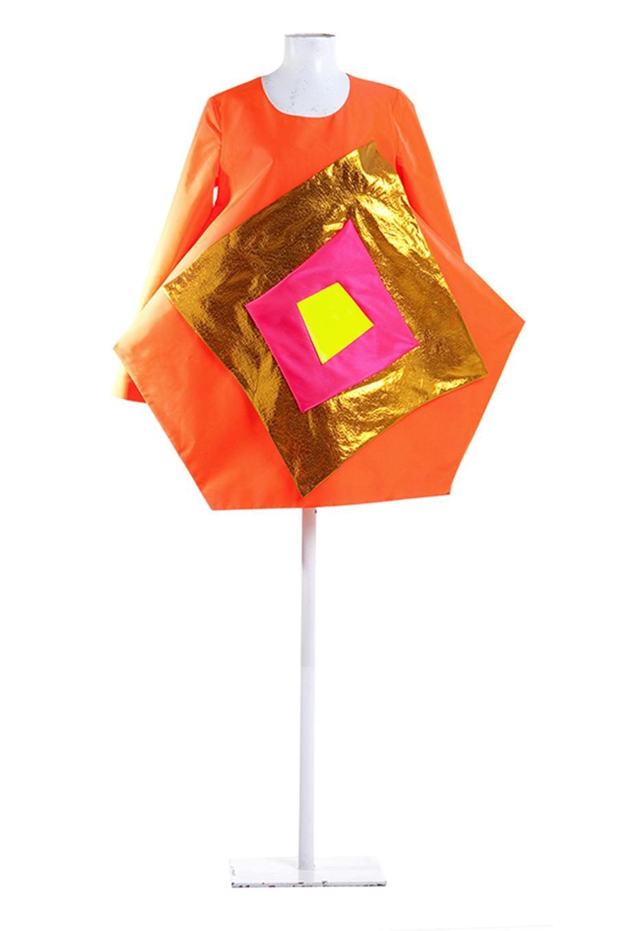 Cuadrados. Vestido de políester y lúrex que se presenta en la exposición de vestidos en la Semaine des Communautes de Aubenas, Francia. En el año 2003, España es el país invitado.