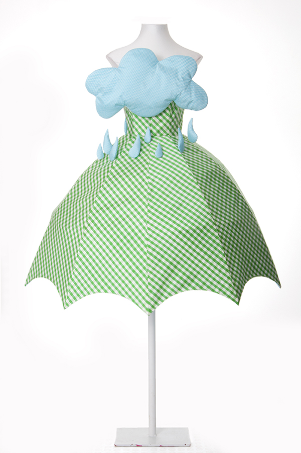 Paraguas. Vestido de tafeta de seda de la colección retrospectiva PV 2013 que se presentó en la pasarela Cibeles de Madrid.  Hay otra copia que se donó al Museo Correr de Venecia en 2013.