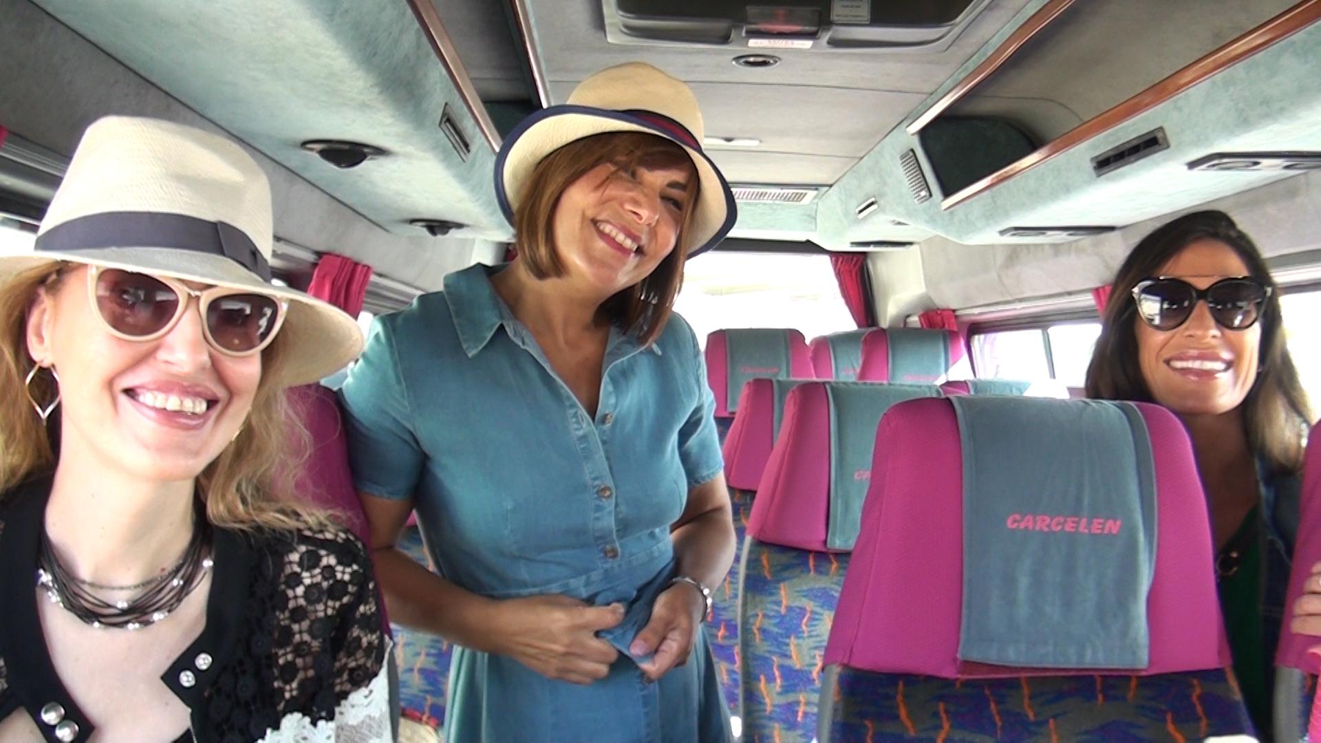De izquierda a derecha: Miriam Victoria, Naima Barcelona y Verónica HIdalgo en el minibús de Autocares Carcelén.