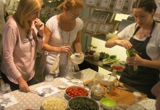 Isabel y Manu Núñez en el taller de ensaladas en tarro de Casa Viva