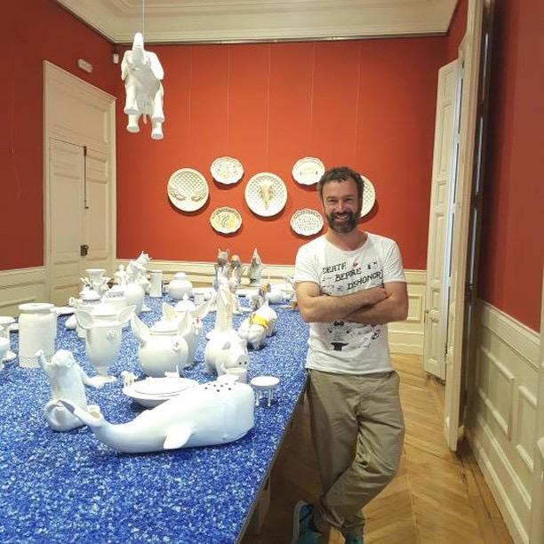 """Guille García-Hoz, comisario de la exposición """"Evolución. Revolución: Veinticinco años de Centro Cerámico de Talavera""""."""