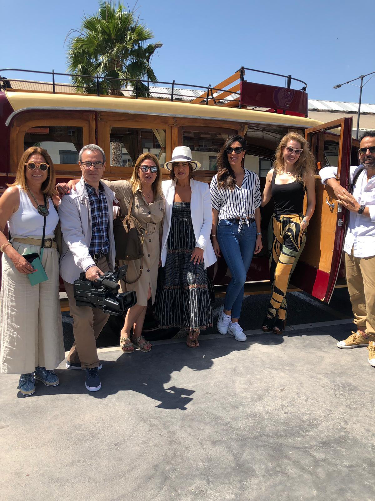 Llegada a la estación de tren de Alicante. De izquierda a derecha: Manu Núñez, Andrés Vázquez, Isabel Núñez, Naima Barcelona, Verónica HIdalgo, Miriam Victoria y Raúl Sánchez. Steward de Autocares Mi-Sol.