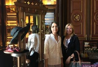 Marta Rodríguez Bosch, comisaria de la exposición, con Isabel Núñez en la presentación en el hotel Cotton House de Barcelona
