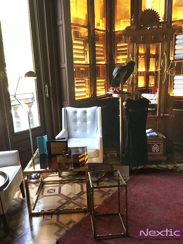 Exposici n de galanes para el siglo xxi en cotton house for Galan de noche mueble el corte ingles