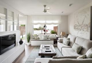 Pia Capdevila ha diseñado una ingeniosa separación de espacios en esta vivienda.